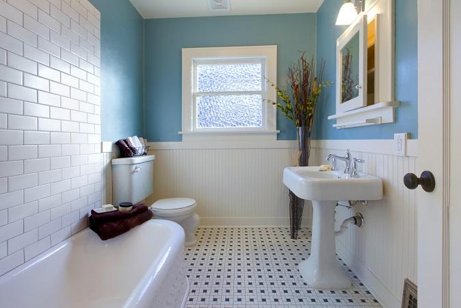 Durch das geschickte Zusammenspiel der Farben Blau und Weiß zeigt sich der Raum freundlich und einladend. Dunkle Accessoires und Pflanzen als Kontrast bringen Leben und Abwechslung ins Bad – neue Ideen sind aber immer willkommen und runden das Zimmer optisch ab! (#04)