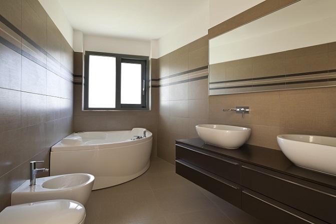 Solche Bilder sind selten: Kein Stilbruch findet sich darauf, alles ist in einer Form gehalten. Hier herrschen die Rechtecke vor und die blauen Fliesen und Mosaike sind ebenso rechteckig wie die Wanne oder die Badschränke.
