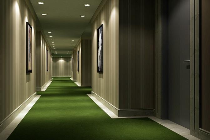 Für ein rundum stilvolles Flurdesign sollten Sie die Wanddekoration auf den Fußboden abstimmen. In diesem Beispiel kommt der grüne Teppich erst dadurch richtig zur Geltung, dass die Wandfarbe ebenfalls ein Erdton ist. (#10)