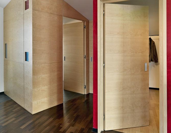 Die Wanddeko in einem Hausflur mit Schrägen stellt eine besondere Herausforderung dar. Die nicht parallel verlaufenden Linien bringen eine gewisse Unruhe in den Raum. (#11)