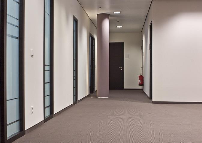 Funktionalität spielt bei der Wandgestaltung im Flur eines Geschäftsgebäudes eine wichtige Rolle. Schlichte Eleganz gepaart mit einer persönlichen Note lässt den Flur in einem Bürogebäude zu einem eindrucksvollen Ort werden. (#16)
