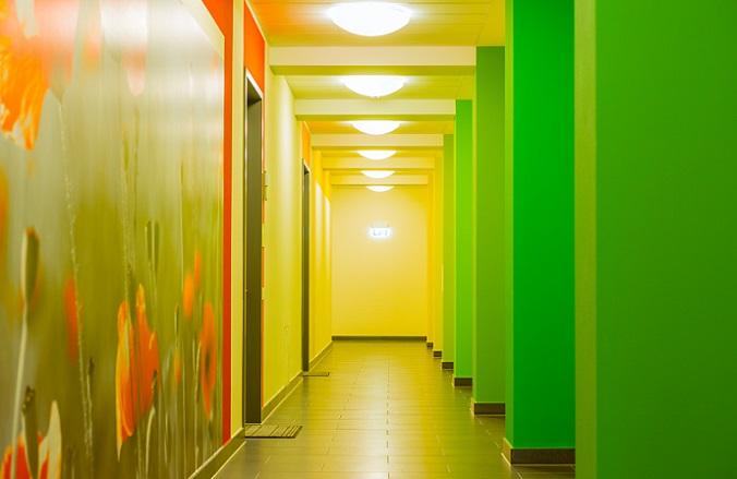 Der Fachhandel bietet eine große Auswahl unterschiedlicher Fototapeten. Viele Motive lassen den Raum optisch größer wirken und heben die starre Begrenzung durch die Flurwand scheinbar auf. (#03)