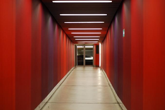 Die Basis für eine stilvolle Flurgestaltung ist die Farbe der Wände. Egal ob gestrichen oder tapeziert – Farbe bringt frischen Schwung ins Spiel und sorgt für gute Laune. (#01)
