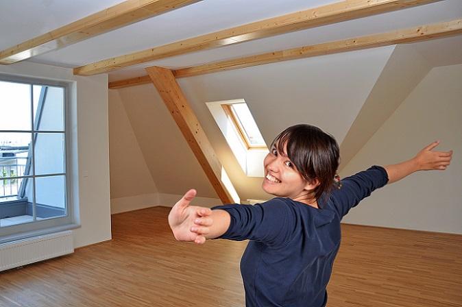 Wer in einer Dachgeschosswohnung lebt und viele Schrägen in den Räumen hat, steht beim Ausmessen der Grundfläche vor einer besonderen Herausforderung. (#02)