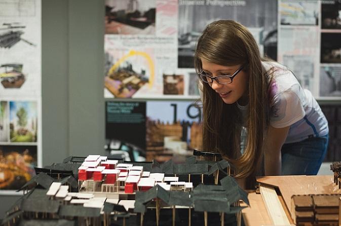 Wer an Universitäten und Fachhochschulen den Studiengang Architektur belegt, wird in der Regal mit dem Studium in einem Bachelor-Studiengang beginnen. Die Regelstudienzeit des Bachelor-Studiengangs beträgt meist sechs Semester, also drei Jahre, während der darauf aufbauende Master-Studiengang meist in einer Regelstudienzeit von vier Semestern abgeschlossen werden kann. (#02)