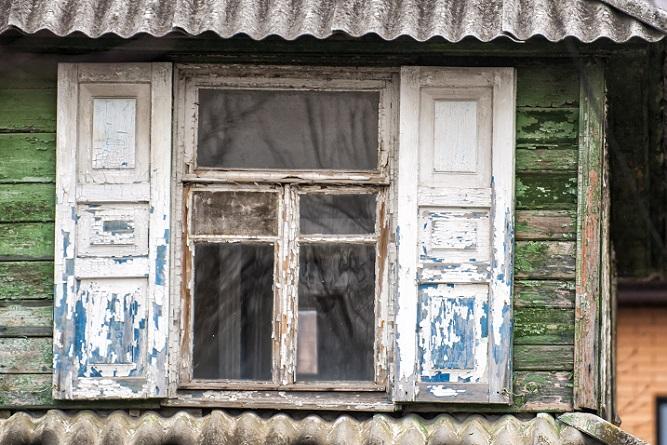 Das Abschleifen des Holzfensters mit einem Heißluftgerät ist nicht sonderlich schwierig, allerdings gibt es ein paar Dinge zu beachten. So sollte bei Fenstern mit Isolierglas besondere Vorsicht gewahrt werden, da die durch die heiße Luft Risse und Sprünge im Glas bekommen können. (#02)