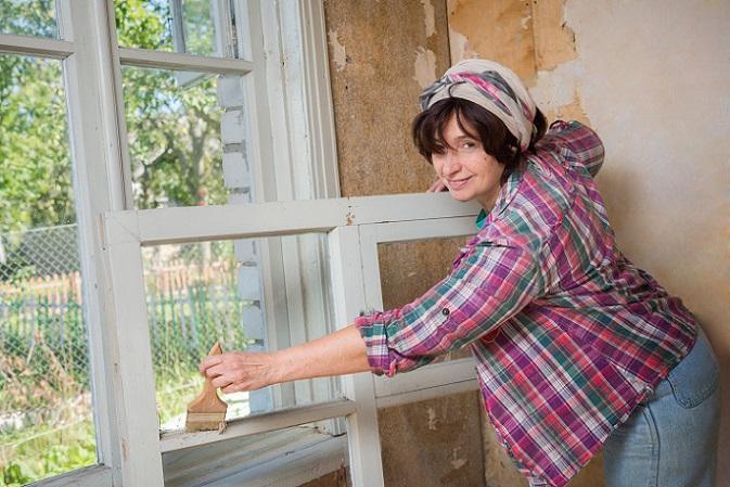 Möchte man Fensterrahmen streichen, die aus Kunststoff bestehen, bedarf es etwas anderer Schritte. (#04)
