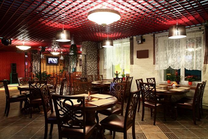 Gastronomie Tische sind das Zentrum bei der Einrichtung, denn hier kommen die Gäste zusammen und genießen das Essen. Daher wird die Einrichtung rundherum aufgebaut. (#01)