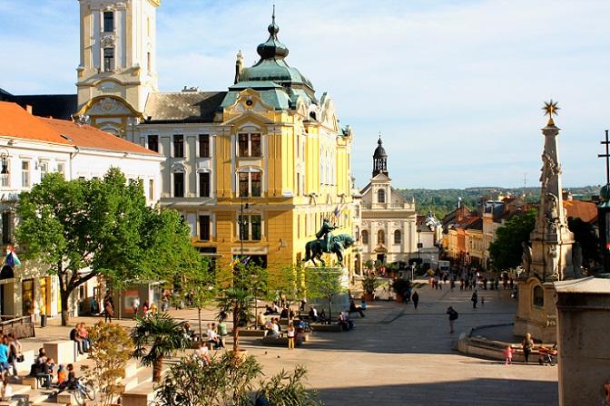 Möglichkeiten, das eigene Traumhaus zu finden, gibt es viele. Zum einen lohnt es sich, die gängigen Portale im Internet zu durchsuchen, denn dort finden sich zahlreiche Anzeigen für Haus- und Wohnungsverkäufe in den verschiedenen Regionen Ungarns. (#08)