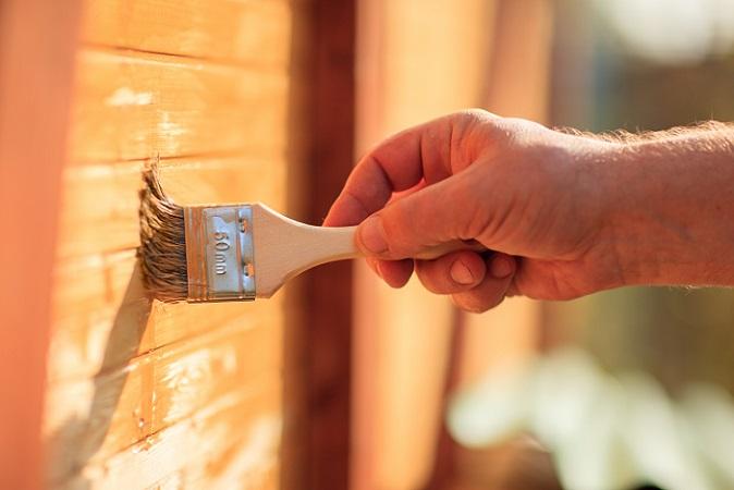 Wichtig zu wissen, gerade für unerfahrene Streicher: Wer vorhat, seinen Keller zu streichen und den Anstrich sowohl an der Decke als auch der Wand plant, der sollte beim Anstrich unbedingt mit der Decke beginnen. Denn beim Streichen der Decke kommt es zu mehr Spritzern und tropfenden Farbresten, die besser nicht auf Wänden landen sollte, die frisch gestrichen sind. (#02)