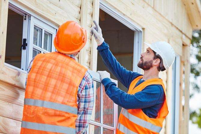 Sachverständige unterstützen die Bauherren und können auch bei kleineren Aufträgen zur Kontrolle herangezogen werden. Als Experten kennen sich die Sachverständigen mit den einzelnen Schritten bei den verschiedenen Arbeiten aus, sodass sie den Wert genau einschätzen können. Ein solcher Sachverständiger kommt bei einem Hausbau oft mehrere Male, um den Baufortschritt zu begutachten und den Leistungsumfang zu überprüfen. (#05)
