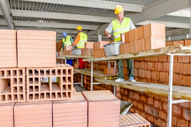 Viele Unternehmen der Baubranche haben eine ganze Adressenliste von Lizenznehmern. Hierbei handelt es sich um Subunternehmer, die zum Vertragspartner der betroffenen Bauherren werden. Man sollte diese Firmen genau so gründlich prüfen und auswählen wie zuvor das eigentliche Bauunternehmen. (#03)