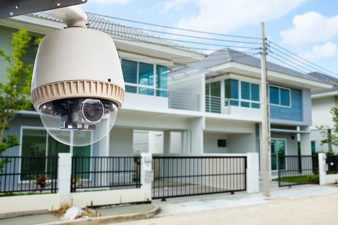 Die private Videoüberwachung wird daher mehr und mehr zu einem Thema, mit dem sich Hausbesitzer beschäftigen. Sie kann dazu dienen, das Haus auch dann im Blick zu haben, wenn man nicht zu Hause ist. (#01)