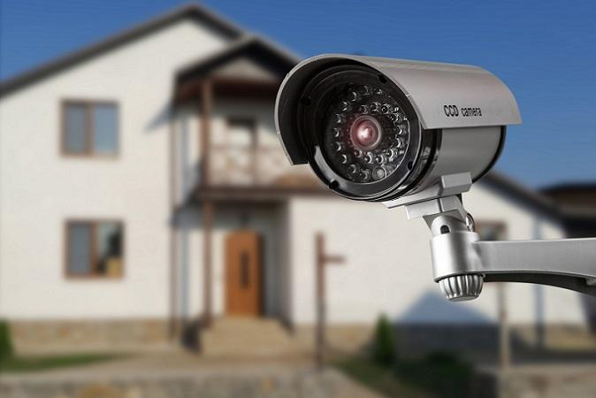 So lange man nur seinen persönlichen Grundstücksbereich filmt, gibt es keine rechtlichen Vorgaben, wie lange das Videomaterial gespeichert werden darf. Es kann direkt gelöscht oder auch mehrere Jahre abgespeichert werden. (#02)