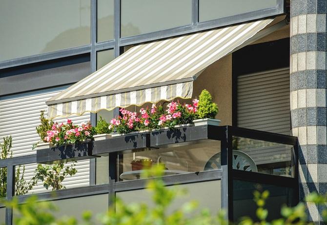 Am einfachsten ist es, den Balkon mit wetterfesten Textilien zu bespannen. Diese werden direkt am Gitter befestigt und punkten vor allem durch ihre Designvielfalt und einfache Befestigung.(#01)