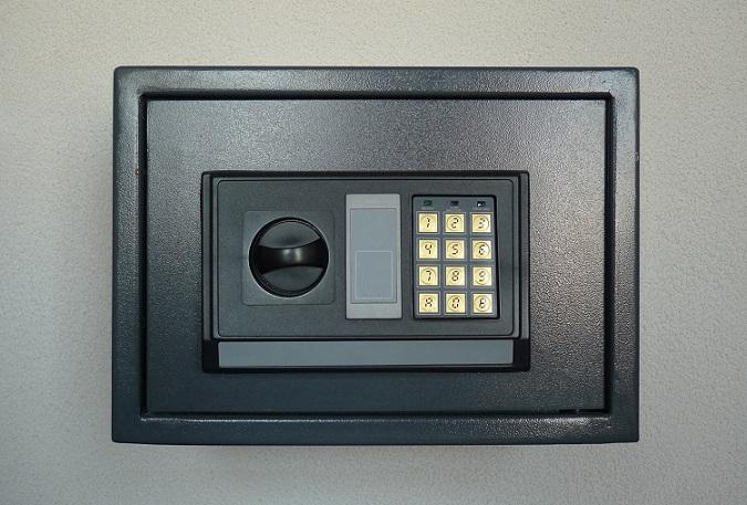 Wer seine Wertsachen im Tresor unterbringt, der sollte mit der eigenen Versicherung abklären, welches Schloss zum Versicherungsschutz passt. (#06)