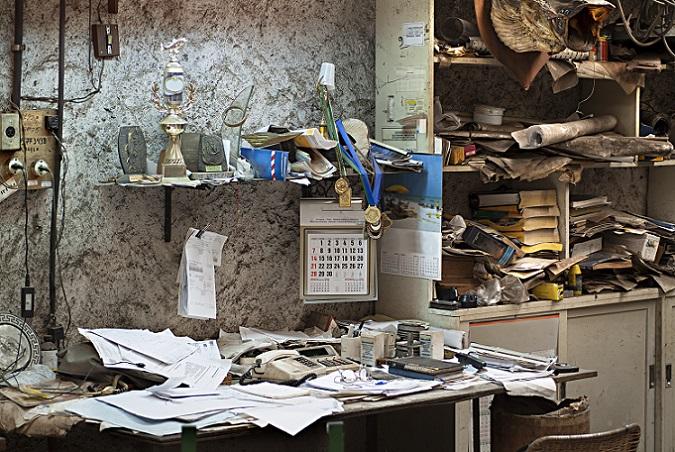 Im Büro wird es schwieriger. Viele Unterlagen, vor allem solche fürs Finanzamt müssen in der Regel mindestens zehn Jahre aufbewahrt werden. Beim Durchschauen von Schubladen kann man sich aber von nicht mehr genutzten Kabeln, Kameras und anderem technischen Schnickschnack und längst nicht mehr genutzten Stiften und Kugelschreibern trennen. (#05)