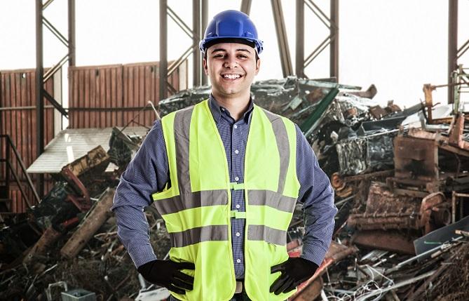 Mit einem Transporter, einem Anhänger oder in vielen einzelnen Fahrten kommen die Sachen zum Werstoffhof. Am besten vorher schon grob sortieren, damit nicht Plastik und Metallteile erst beim Recycling getrennt werden müssen. (#09)