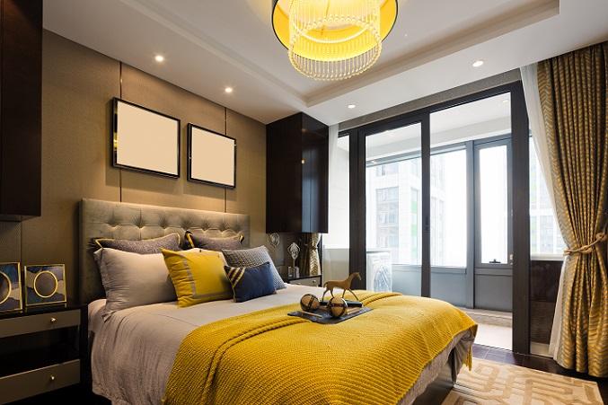 Es muss nicht immer hell, schlicht und lichtdurchflutet sein und wer in seinem Schlafzimmer etwas Luxus möchte, muss bei der Zimmergestaltung trotzdem nicht auf Gold und Marmor setzten. (#03)