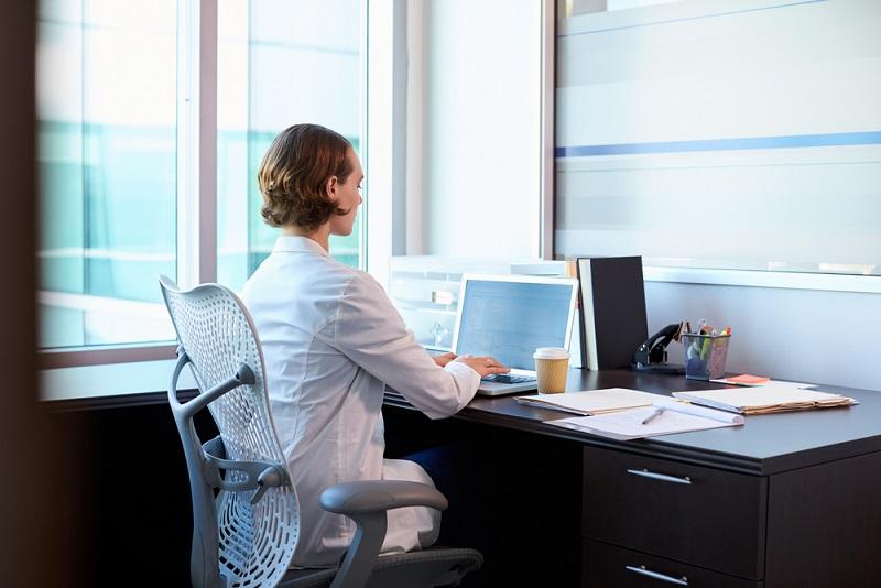 Wer in einem Büro arbeitet, der kommt in der Regel in den Genuss mehrerer Vorteile, auch in Sachen Einrichtung. Viele Arbeitgeber setzen eine Menge daran, dass die Mitarbeiter ergonomisch sitzen und der Arbeitsplatz allen gesundheitlichen Anforderungen entspricht.(#02)