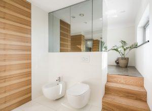 Verwandeln Sie ihr Bad in ein zweites Wohnzimmer: Echtholzlaminat und eine Echtholzverkleidung strahlen besonders viel Wärme aus und machen das Bad so richtig gemütlich. (#6)