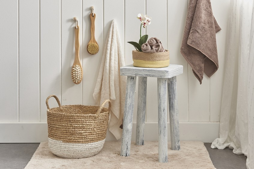 Weiße Holzverkleidung, ein Flechtkorb, ein Hocker im Landhaus Stil, eine Orchidee, ein paar Bürsten - so einfach kann dekorieren sein! (#7)