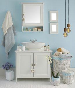 Mein Lieblings Badezimmer hat ein rundes Waschbecken, einen schönen Spiegelschrank und tolle Deko Elemente, wie diesen weißen Flechtkorb mit Schleifen, passend zur Wandfarbe. (#2)