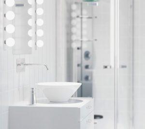Ein kleines Badezimmer wirkt deutlich größer mit einem großen Spiegel, einer schönen Beleuchtung und weißen Fliesen. (#3)