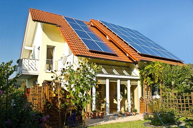 Vor allem tagsüber ersetzt die Photovoltaik eine angeschlossene Heizung, vorausgesetzt die Sonne scheint und versteckt sich nicht hinter dicken Wolken. So kann tagsüber der Speicher oft genügend erhitzt werden, so dass der Vorrat an Warmwasser auch für den Abend und die Nacht ausreicht. (#04)