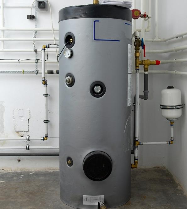Die Erhitzung des Wassers erfolgt bei Warmwasserspeichern in der Regel extern und nicht direkt im Gerät selber. Gerade mit der Verbreitung von Photovoltaik wird die Solarthermie hierfür mehr und mehr genutzt, womit eine möglichst nachhaltige und umweltfreundliche Aufbereitung gegeben ist. (#02)