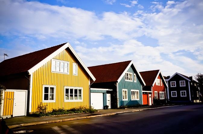 Häuser oder Wohnungen in Schweden zu erwerben, ist ein bisschen so, als würde man bei Ebay etwas ersteigern. Wer sich mit dem Gedanken an einen Kauf trägt, geht zur Bank und beantragt dort einen Kredit. Kann er die entsprechende Bonität vorweisen, wird er das Darlehen umgehend bekommen und kann dann per SMS auf seine Traumwohnung bieten. (#02)