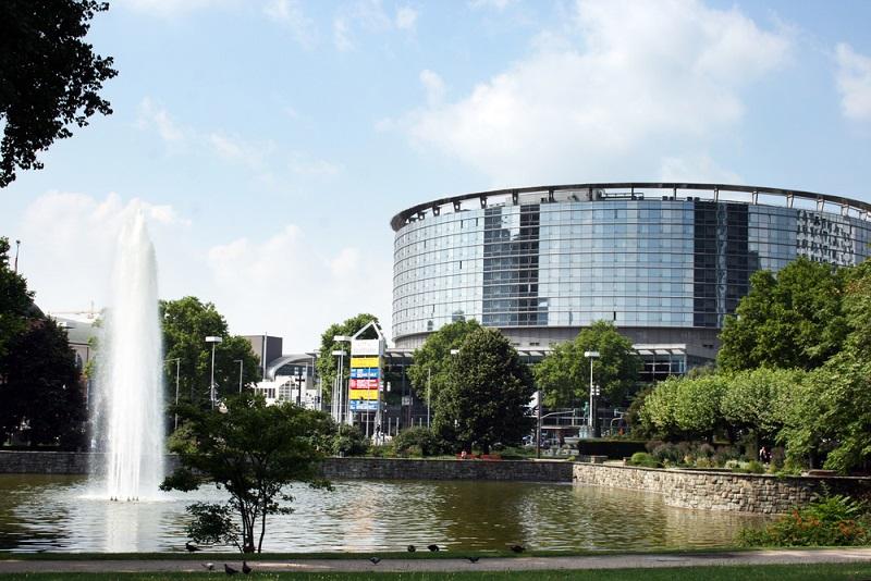 Die Messe Frankfurt und insbesondere die Messehallen zeichnen sich durch eine umfassende architektonische Vielfalt aus. Der Reiz liegt hier im Detail verborgen. (#02)