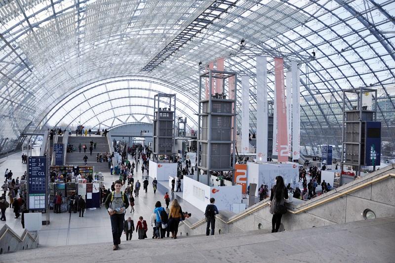 Die neue Messe Leipzig gilt als Paradebeispiel und gleichzeitig als umfangreichste Einzelbaumaßnahme des Aufbau Osts. Mittlerweile werden in Leipzig etwa 35 Messen pro Jahr abgehalten, was beweist, dass Leipzig ein attraktives Ziel für Aussteller aus dem In- und Ausland ist. (#03)