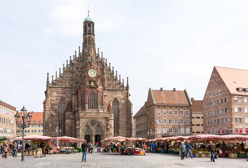 Das besondere an einem Messegelände im historischen Nürnbergdass es in der Regel stetig wächst. Sobald die alten räumlichen Strukturen nicht mehr ausreichend sind, wird nach gegebener Zeit ein neues Bauwerk errichtet. Gerade dieser Aspekt macht Messebauten so besonders. (#03)