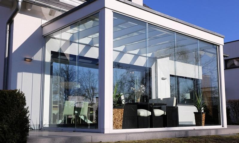 Der Wintergarten ist ein geschlossener Raum, der aufgrund seiner großen Glasfläche in Form zahlreicher Fenster den Blick ins Freie ermöglicht. Die große Glasfläche lässt viel Licht in den Raum, wovon Pflanzen ebenso profitieren wie die Bewohner des Hauses. Eine ganztägige Sonneneinstrahlung kann jedoch insbesondere im Hochsommer den Wintergarten unangenehm aufheizen. (#01)