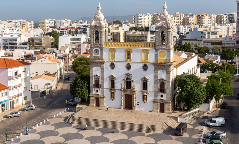 Die großen Kathedralen des Landes sind durch die Romanik sowie durch die Gotik beeinflusst worden – diese Gebäude sollten in einem Urlaub unbedingt besichtigt werden. (#01)