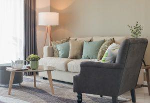 Das Sofa als Herzstück des Wohnzimmers sollte in erster Linie bequem sein. Viele Kissen wirken besonders einladend, noch dazu wenn sie farblich darauf abgestimmt sind. Ein Beistelltisch und ein Hocker runden das Gesamtbild ab. (#1)
