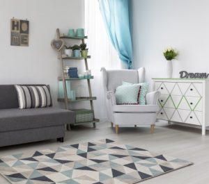 Gezielt eingesetzte Deko-Ideen geben eine persönliche Note: ein Teppich mit Mustern, farblich passende Kissen und Accessoires verhelfen dem Raum zu mehr Bahaglichkeit. (#4)