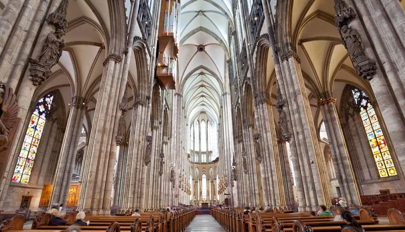 Vereinzelt wurden in der Romanik schon mit Glasmalerei geschmückte Kirchenfenster und Fensterrosen - das sind einzelne, runde Fenster über dem Portal - als zusätzliche Lichtquelle verwendet, wobei diese jedoch sehr viel schlichter als später in der Gotik ausfielen. (#03)