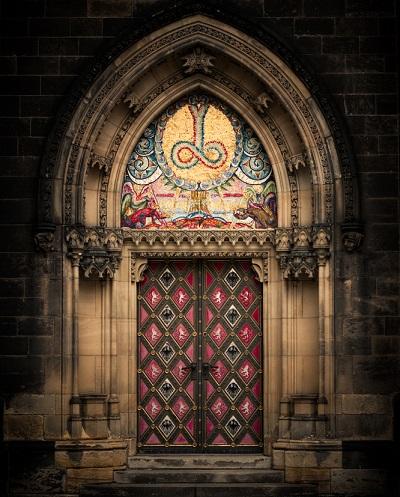 Nicht so groß aber auch wunderschön anzuschauen, diese besondere Kirchentuer, (#02)