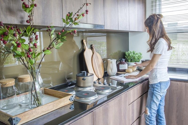 Keramik- statt Edelstahlspüle, Vollholz oder Granit-Arbeitsplatte statt Baumarkt-Kunststoff oder Design-Dunsthaube: Im Bereich des Zubehörs gibt es viele Möglichkeiten, den Look der Küche nochmal komplett zu verändern. Auch mit nur kleinem Budget lässt sich oft etwas machen: Etwa nur der Austausch Ihrer Spülarmatur durch eine hohe Armatur mit flexiblem Schlauch für die Brause oder eine hochwertige andere Design-Armatur. (#04)