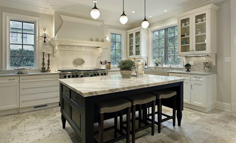 Beim Verschönern der Küchen können Innenarchitekten auch auf die Beleuchtung zurückgreifen und mit dieser für viele Veränderungen sorgen. Oft sind ältere Küchen von einer gewissen Dunkelheit geprägt, was mit den schweren und dunklen Möbeln zusammenhängt.(#05)