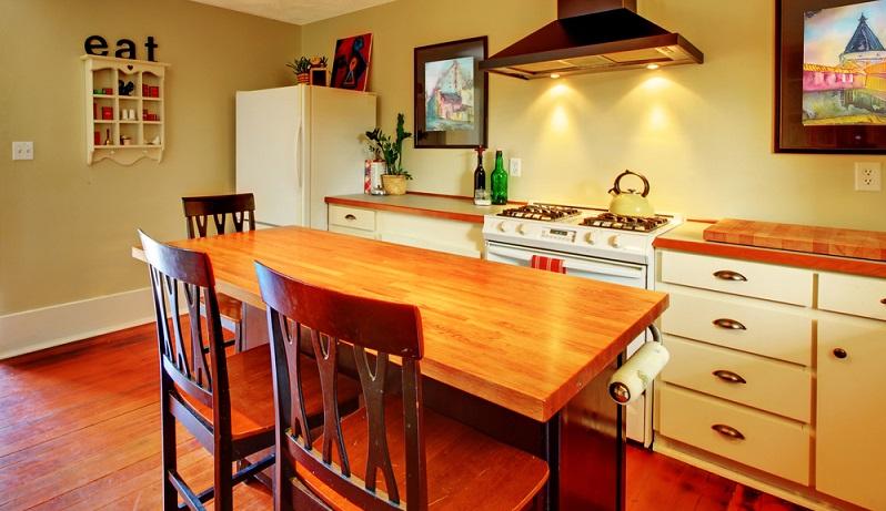 Ein frischer Anstrich für die ganze Küche tut oft schon Wunder - egal, ob in Weiß oder einem abgetönten Farbton in Creme, Pfirsich oder Vanille. (#03)