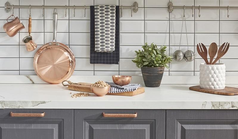 Die Küche ist in Haus und Wohnung oft das Herz. Hier kommt die ganze Familie zusammen, man sitzt gemeinsam mit Freunden oder es wird viel Zeit beim Kochen verbracht. Günstige Tipps zum Küche verschönern sind daher eine optimale Hilfe. (#01)