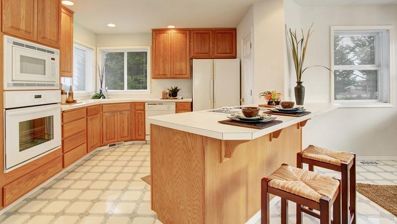 Vasen und Töpfe, die die klaren Kanten und direkten Formen der Küchenzeile aufnehmen und Platz für bunte Blumen oder Küchenkräuter liefern, die beim Kochen direkt genutzt werden können. (#05)