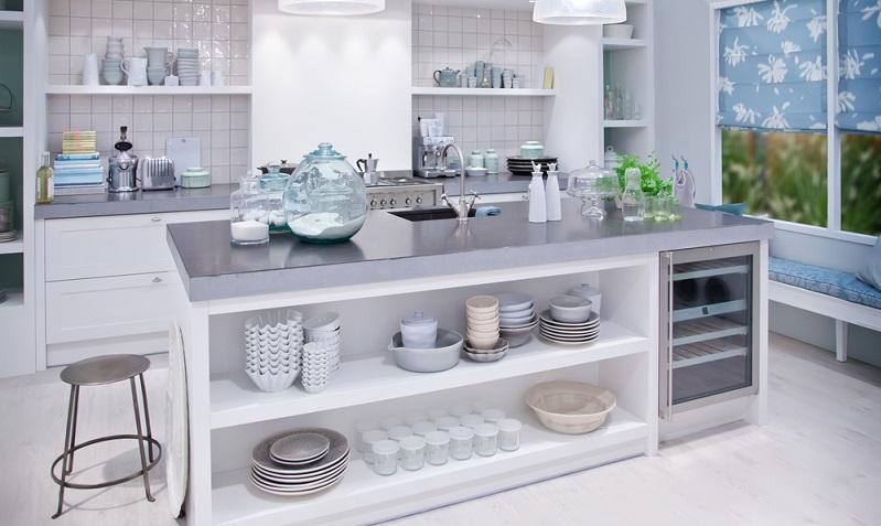 Schönes Geschirr & Gläser wirken auch in offenen statt geschlossenen Oberschränken besonders gut. Warum also nicht einfach einen Oberschrank mit einer Regallösung tauschen? Bunte Farben oder ungewöhnliche Formen geben nochmal einen interessanten Touch.(#04)