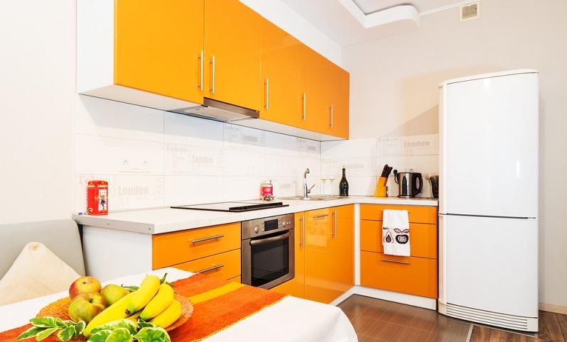 """Etwas mehr Zeit und Aufwand bedeutet es, die Küchenfronten """"aufzumöbeln"""". Dafür müssen Sie kein Handwerks-Profi sein. Mit ein wenig Geschick kann fast jeder seine in die Jahre gekommene Küche wieder in neuem Glanz erscheinen lassen. Durch einen speziellen Küchenlack erhalten alte Ober- und Unterschränke einen völlig neuen, frischen Look. Nahezu jeder Farbwunsch ist erfüllbar - vom frischen Soft-Orange, über Rot bis zu intensivem Schwarz - lassen Sie Ihrer Fantasie freien Lauf. (#02)"""