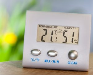 Am besten kontrolliert man die Zimmertemperatur und die Luftfeuchtigkeit regelmäßig. So behält man die Idealwerte im Blick. (#4)