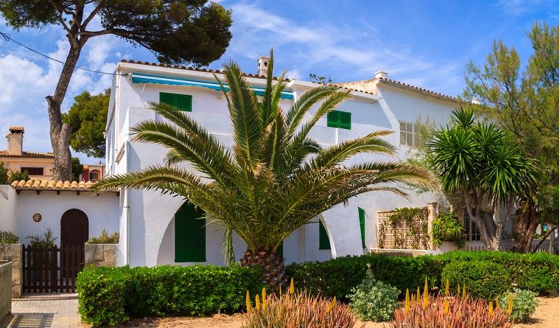 Viele Einheimische verkaufen ihre Häuser, weil sie sie sich auf Dauer nicht mehr leisten können. Andere möchten Mallorca gänzlich den Rücken kehren und suchen sich in anderen Gefilden neue Luxushäuser. Für die Immobilienmakler ist es durchaus lukrativ, zumindest ein Zweigbüro auf der Baleareninsel zu führen. (#01)