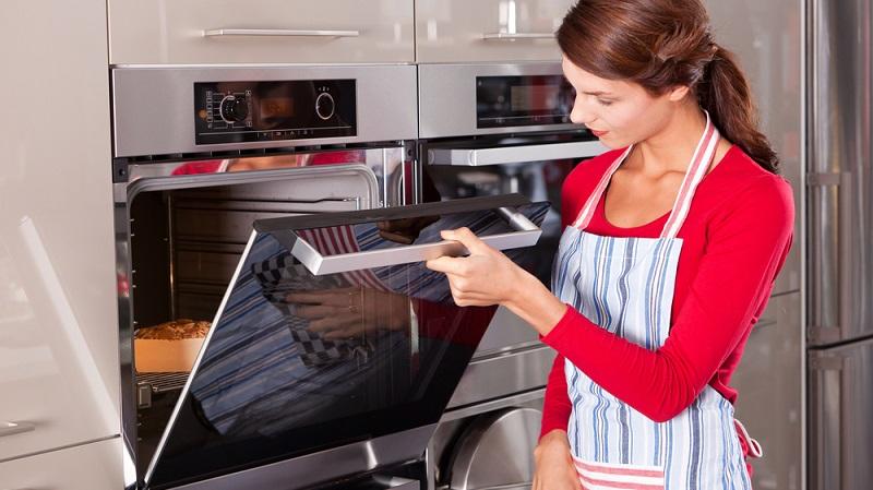 Ein Backofen muss nicht zwingend unter dem Kochfeld platziert sein. In erhöhter Position ist er in kleinen Küchen oft praktischer für die alltägliche Nutzung. (#03)